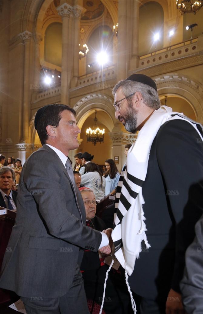 Manuel Valls en extase devant son maitre à penser sioniste, le rabbin talmudique.