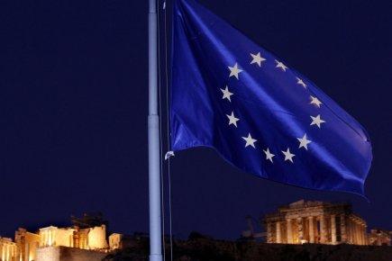 Image symbolique de la nuit européenne tombant sur la lumière de la démocratie athénienne.